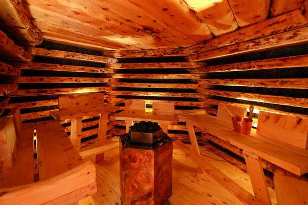 exklusive_almheu-aussen-sauna_tirler-dolomites_living_hotel
