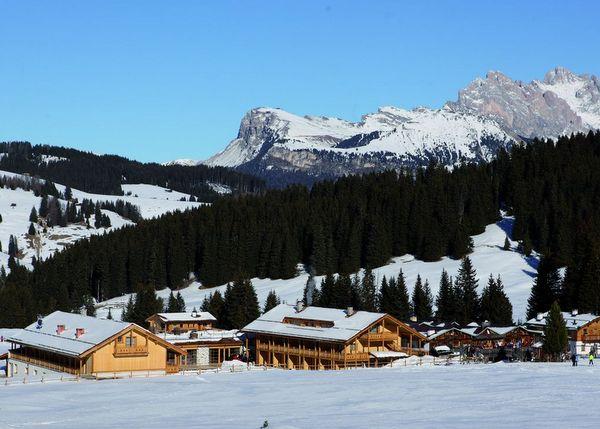 hotelanlage_im_winter_mit_bergpanorama_tirler-dolomites_living_hotel