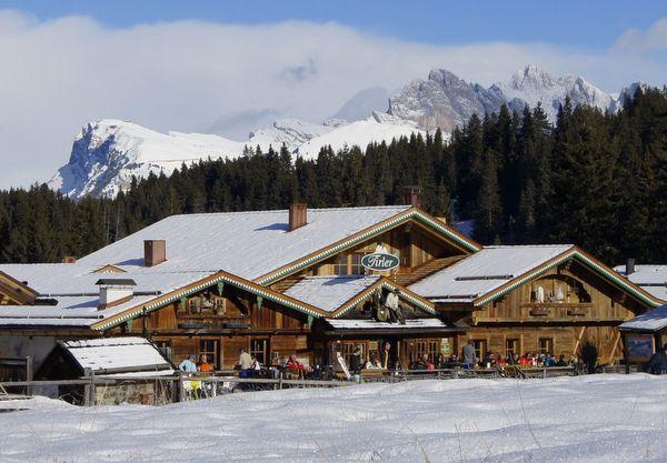 hotelansicht_im_winter_tirler-dolomites_living_hotel