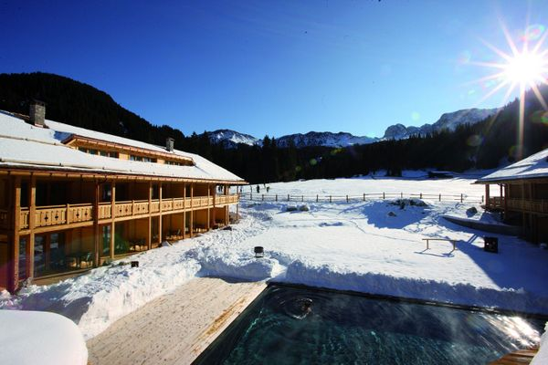 outdoorpool_im_winter_tirler-dolomites_living_hotel