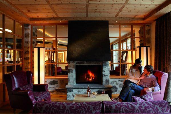 romantische_stimmung_am_kaminfeuer_tirler-dolomites_living_hotel