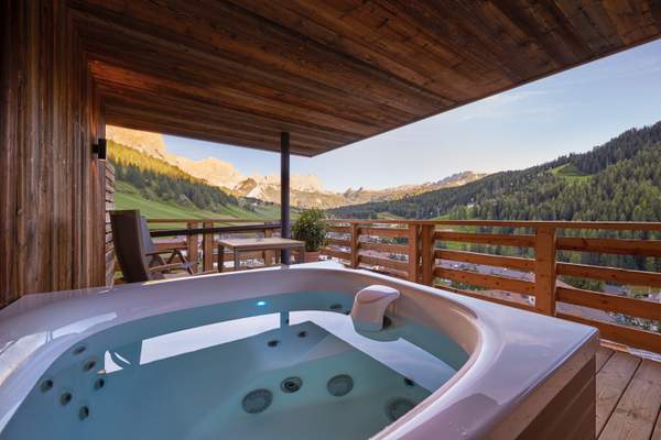 Hotel Fanes - Dolomites Mountain Spa Suite Whirlpool © Hotel Fanes