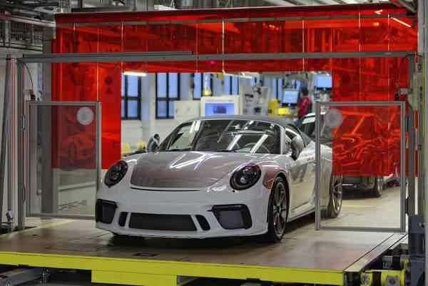Der letzte Porsche 911, Typ 991, reolt vom Band.