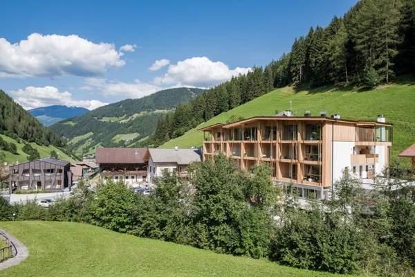 das_naturhotel_rainer_in_sommerlicher_bergwelt_naturhotel_rainer
