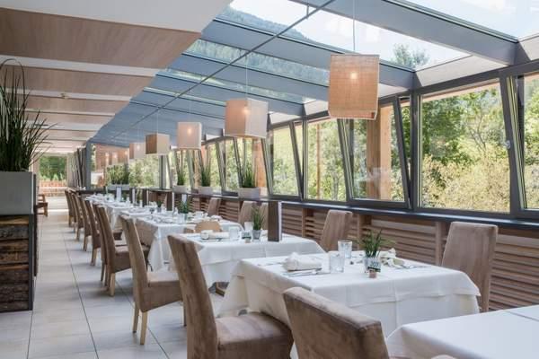 gourmetkueche_im_lichtdurchfluteten_restaurant_geniessen_naturhotel_rainer