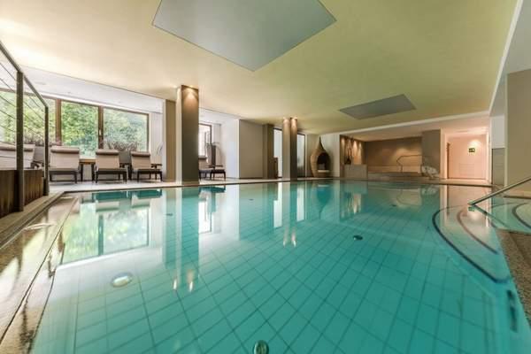 indoor-pool_ohne_chemische_zusaetze_mit_liegebereich_naturhotel_rainer_0